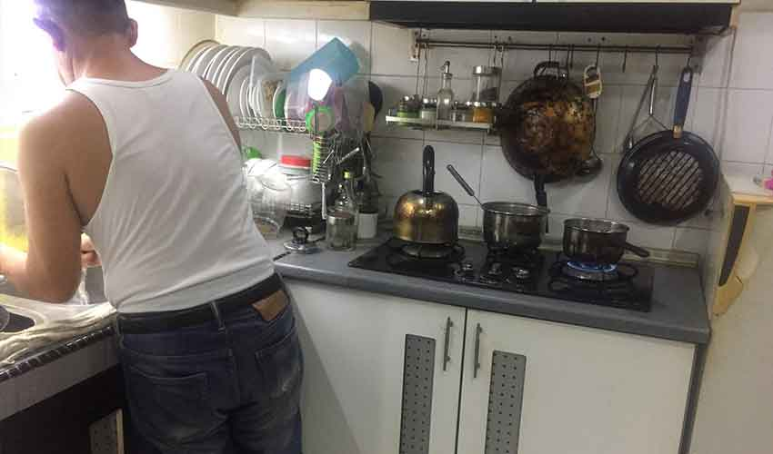 suami bantu isteri kerja dapur