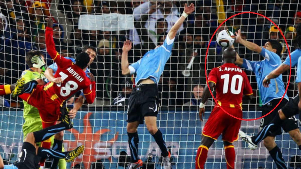 suarez menampan bola daripada masuk ke gawang uruguay
