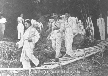 sultan selangor berjalan dengan gerald templer