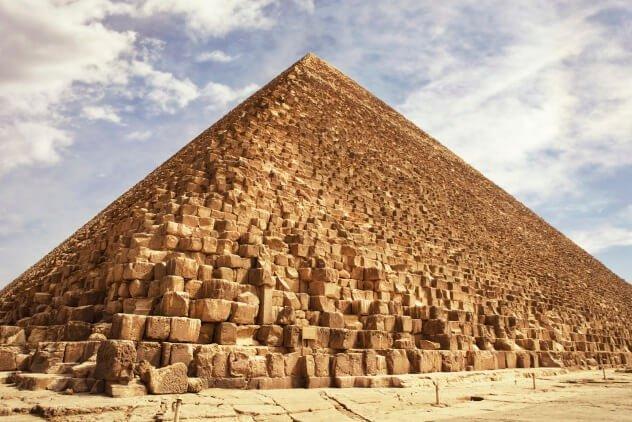susunan batu piramid