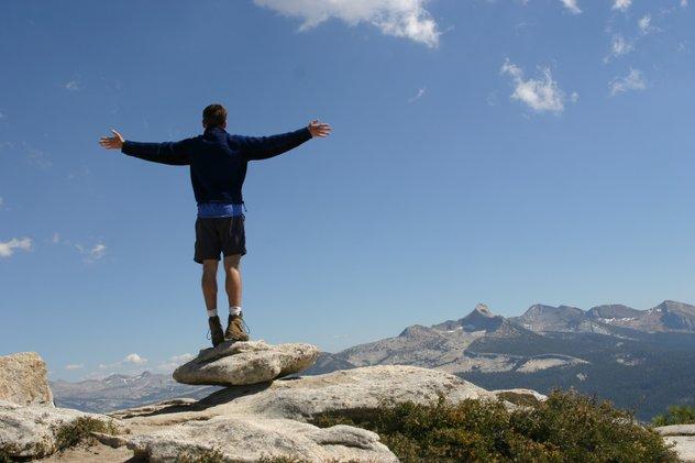 tarikan graviti buatkan kita boleh berdiri tegak tanpa masalah