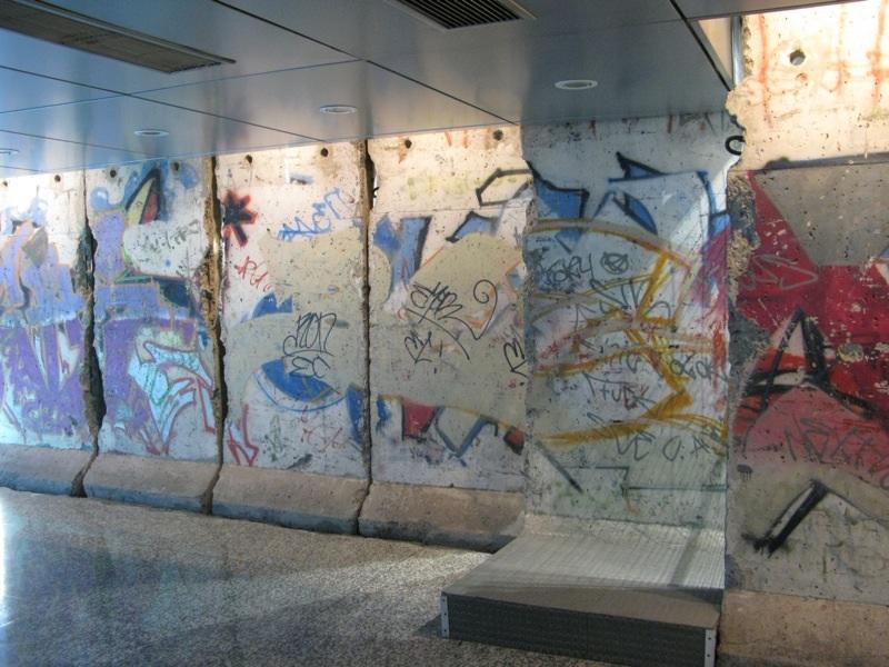 tembok berlin di lobi pejabat berita di argentina