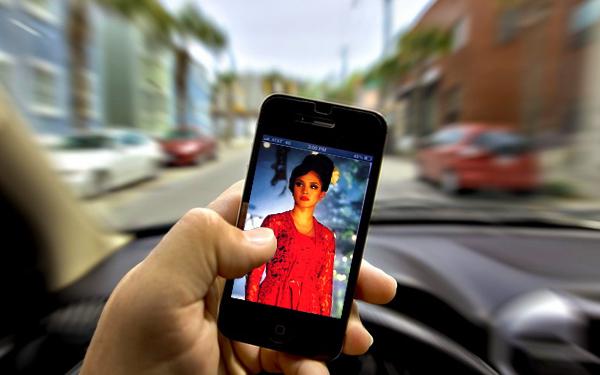 tengok phone telefon pintar ketika memandu