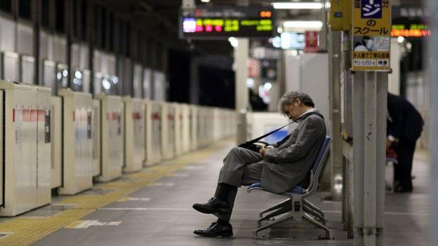 tertidur di stesen keretapi kerana keletihan