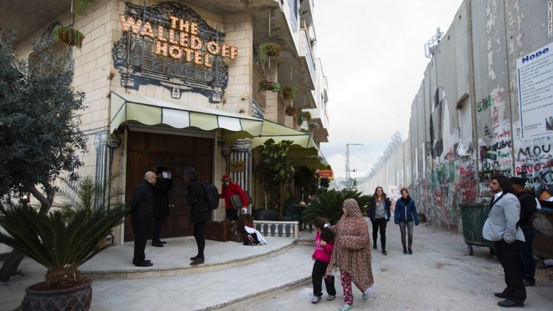 the walled off hotel dimiliki banksy ini dibina 4 meter dari tembok pemisah israel dan palestin