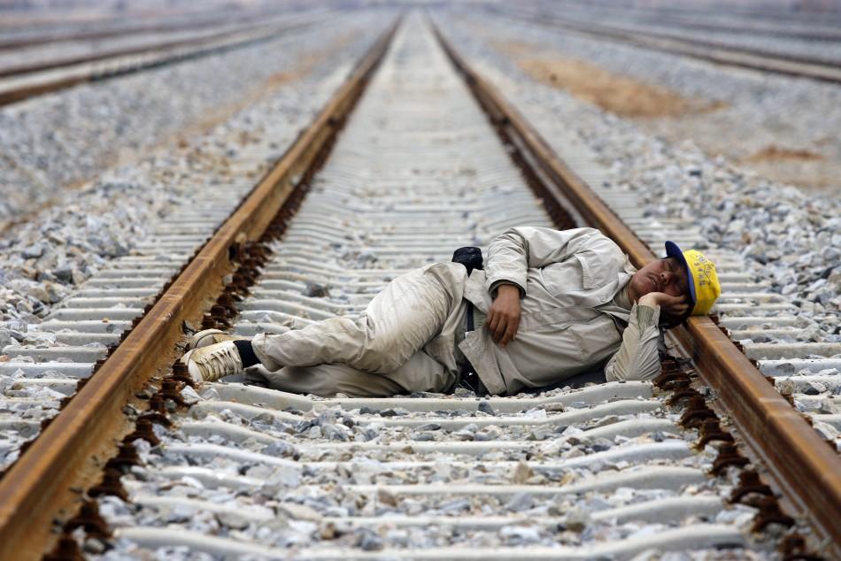 tidur di trek kereta api