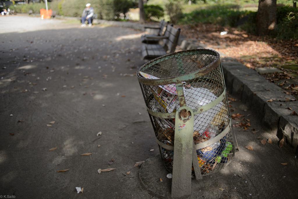 tong sampah lama yang masih belum dibuang tokyo