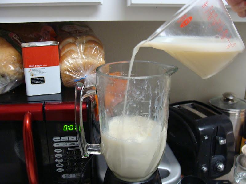 tuang susu ke dalam blender bersama isi dan air rendaman kurma