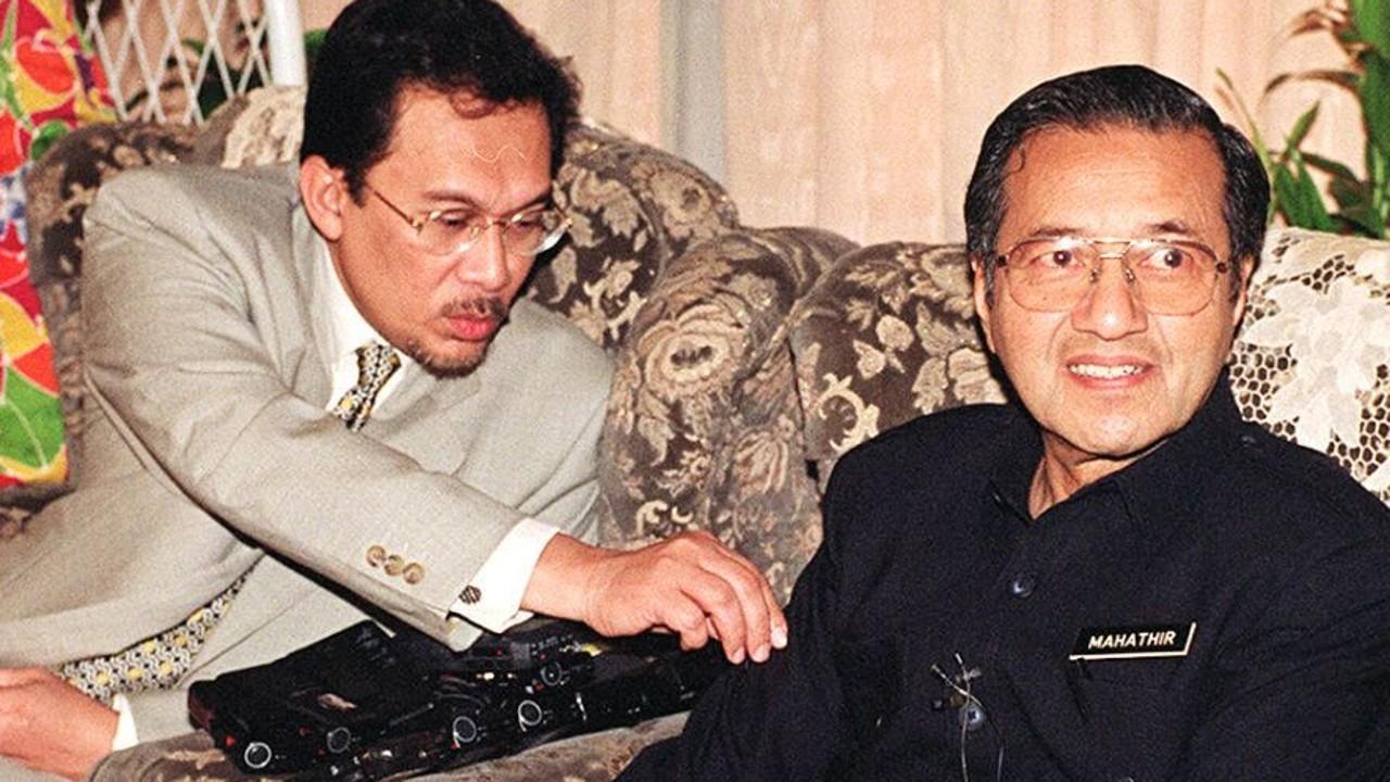 tun mahathir sejarah ringkas perdana menteri malaysia ketujuh 01