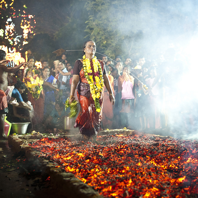 upacara berjalan atas bara api
