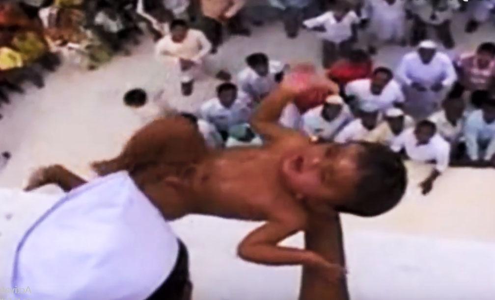upacara mencampakkan bayi di india