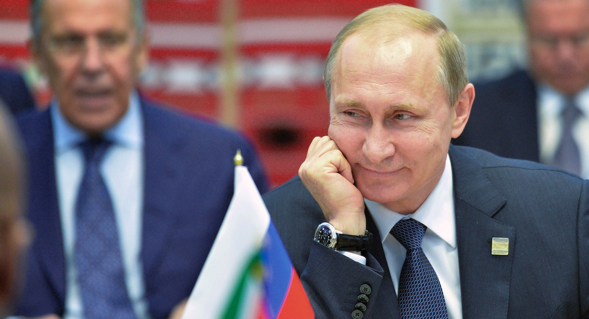 vladimir putin tersenyum politik piala dunia 2018