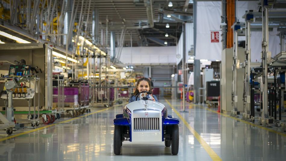 walaupun sakit kanak kanak ini masih mampu tersenyum apabila memandu kereta rolls royce