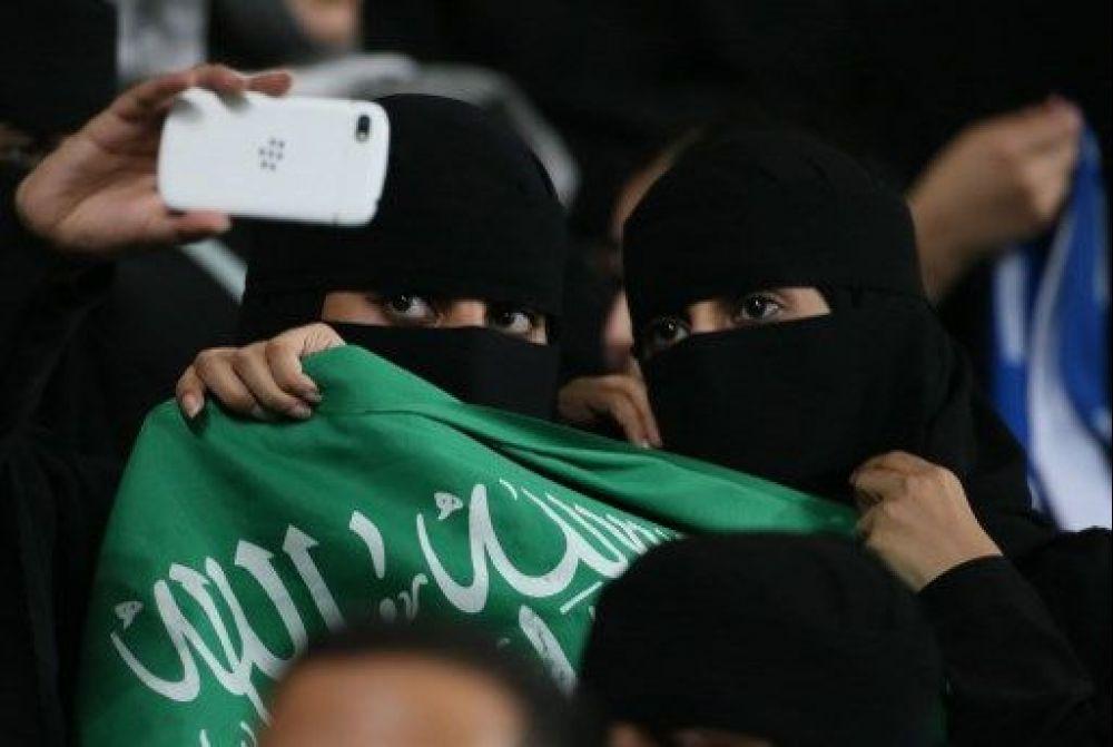 wanita arab masuk stadium buat kali pertama