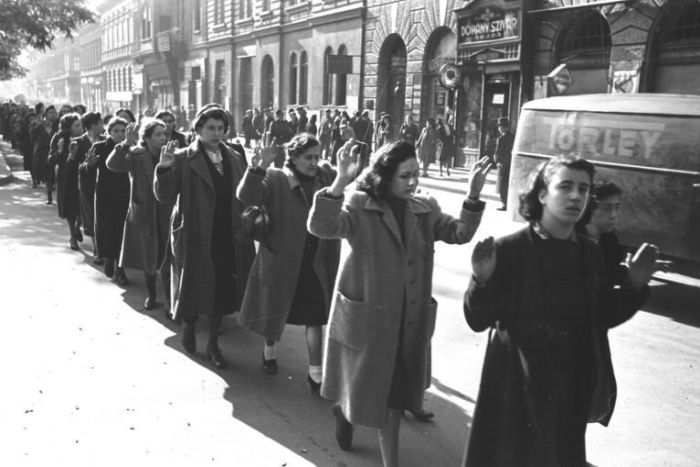 wanita ditahan oleh nazi
