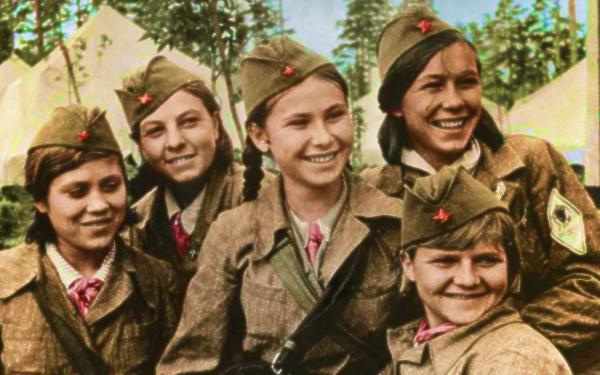 wanita jerman serang kubu nazi