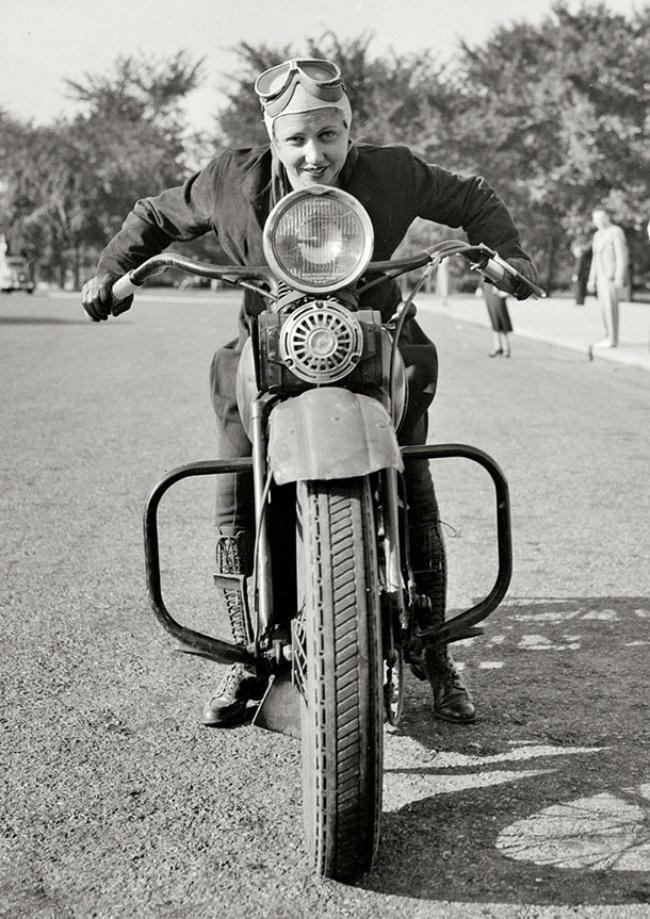 wanita pertama mendapat lesen motorsikal