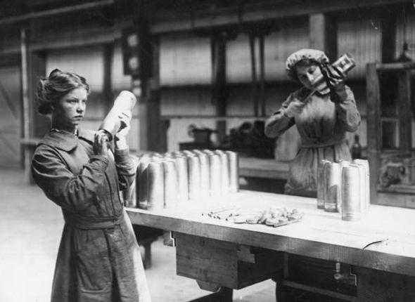 wanita zaman dulu kerja kilang pakai korset
