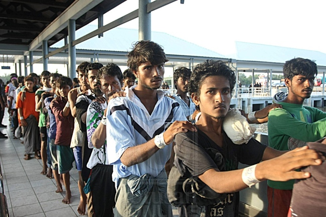warga bangladesh beratur