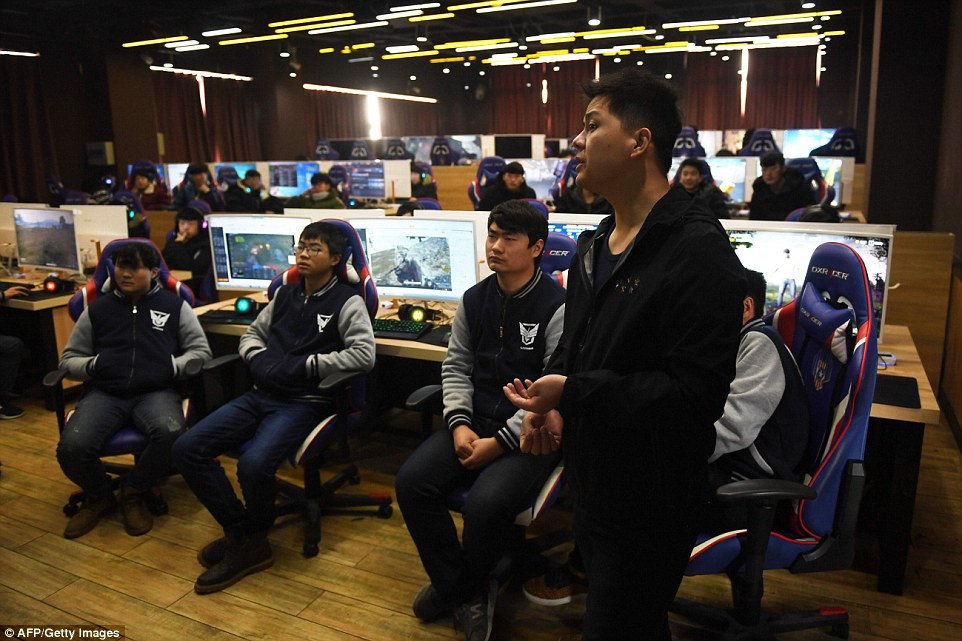 yang xiao sedang mengajar teknik permainan video di sekolah teknikal lanxiang di china 158