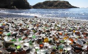 Glass Beach : Pantai yang pernah menjadi tempat buangan kini dipenuhi dengan kaca yang cantik