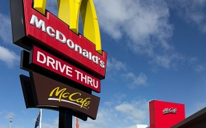 Kanak-Kanak 8 Tahun Memandu Kereta Dengan Adiknya ke McDonalds Untuk Beli Burger Keju