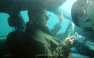 Ketahui cara selamatkan diri sekiranya kereta anda tenggelam ke d...