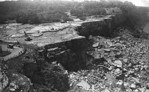 Niagra Falls ditutup dan pernah dikeringkan airnya pada tahun 196...