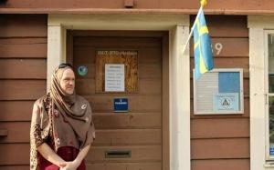Seorang lelaki Sweden memakai hijab ke tempat kerja tanda solidar...